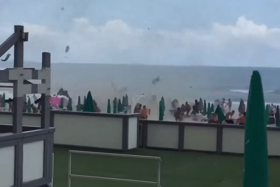 Ανεμοστρόβιλος χτυπάει παραλία της Νάπολης και σπέρνει τον τρόμο – Δέκα τραυματίες (video)