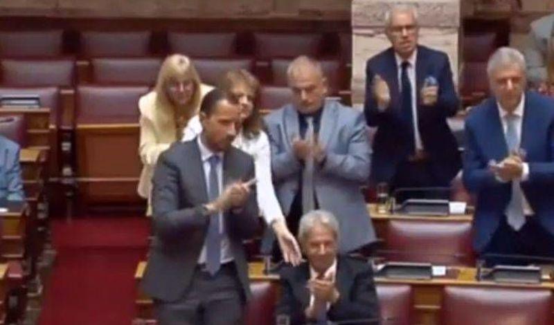 Η φάπα σε βουλευτή της Ελληνικής Λύσης για να σηκωθεί να χειροκροτήσει