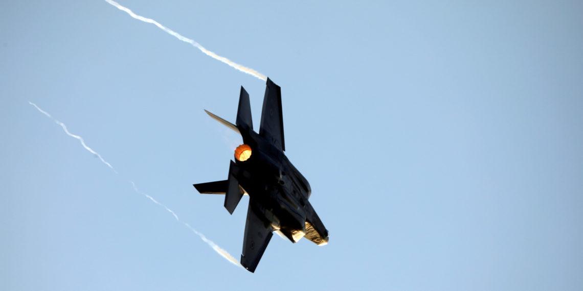 F-22 και F-35 σε ρεσιτάλ ταχύτατων ελιγμών και low level περασμάτων [vid]