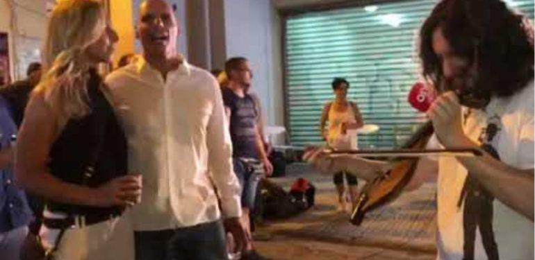 Ο Βαρουφάκης πανηγυρίζει την είσοδό του στη Βουλή με λύρα και Ξυλούρη | ΒΙΝΤΕΟ