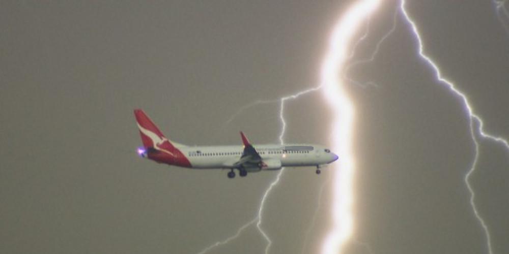 Αεροπλάνο με προορισμό την Θεσσαλονίκη χτυπήθηκε από κεραυνό