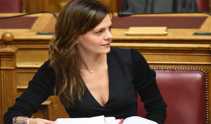 Τι απαντά η Αχτσιόγλου για τις συντάξεις των 24.000 ευρώ