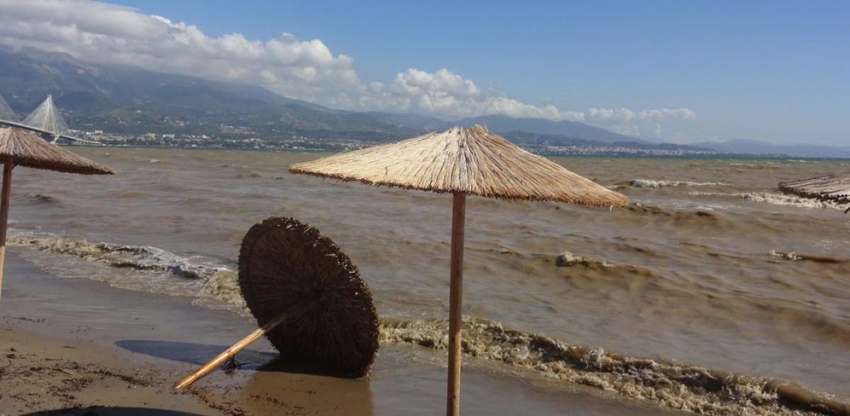 Καιρός – Ναύπακτος: Τα τιρκουάζ νερά που έγιναν βούρκος (vid)
