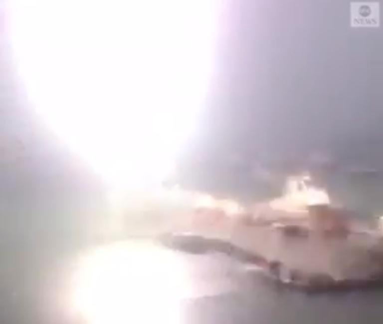 Η στιγμή που κεραυνός χτυπάει σκάφος! Σοκαριστικό βίντεο