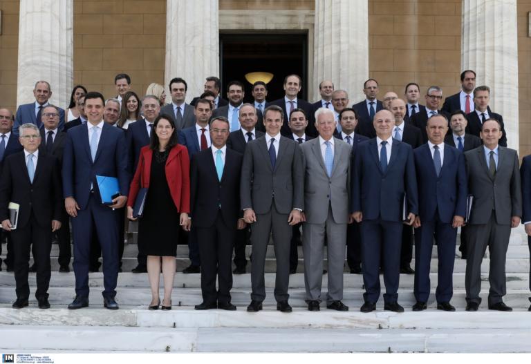 Η πρώτη οικογενειακή φωτογραφία της νέας κυβέρνησης ήταν… (σχεδόν) όλη μπλε