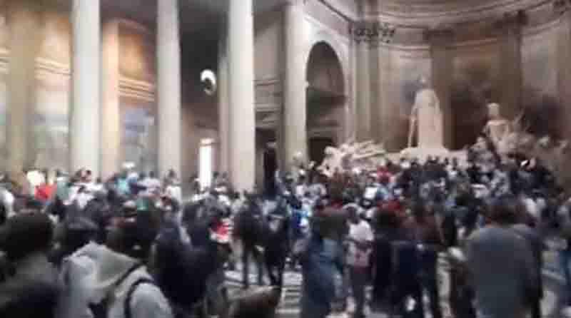 Παρίσι: Μετανάστες κατέλαβαν το Πάνθεον (Βιντεο)
