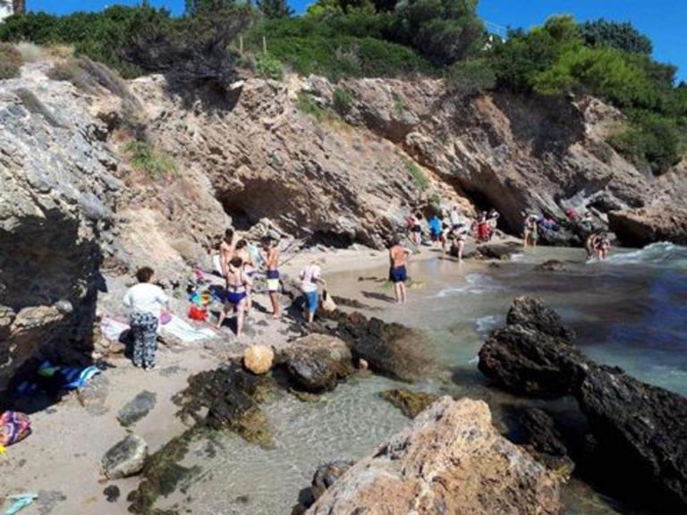 Πόρτο Ράφτη: Βράχος κινδυνεύει να πέσει σε παραλία με κόσμο