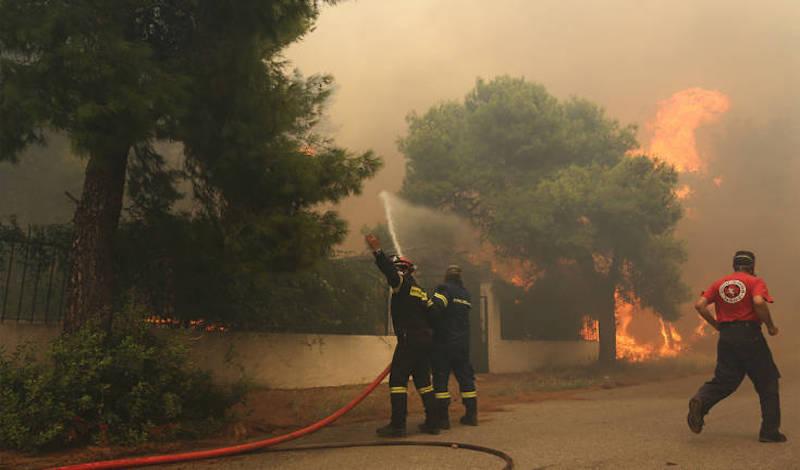 Φωτιά στην Ανατολική Μάνη: Το μέτωπο κινείται σε γειτονικό οικισμό του Αγίου Κυπριανού