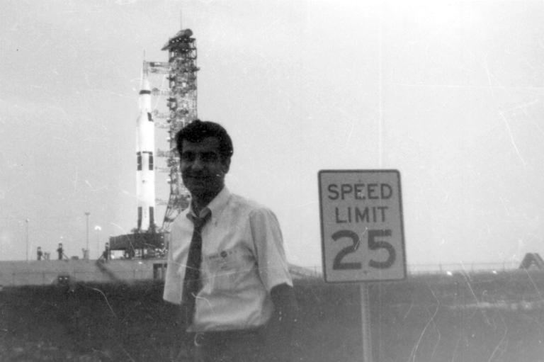 """Ο Διονύσης Σιμόπουλος έζησε από κοντά πριν από 50 χρόνια την εκτόξευση του """"Απόλλων 11"""". Είδε από το διαστημικό κέντρο του Χιούστον τον πρώτο άνθρωπο να περπατάει στη Σελήνη. Περιγράφει πως έζησε αυτή τη συγκλονιστική εμπειρία."""