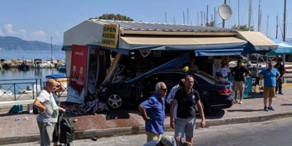 Ταξί «έπεσε» σε περίπτερο στην Κέρκυρα – Τραυματίστηκε μία γυναίκα