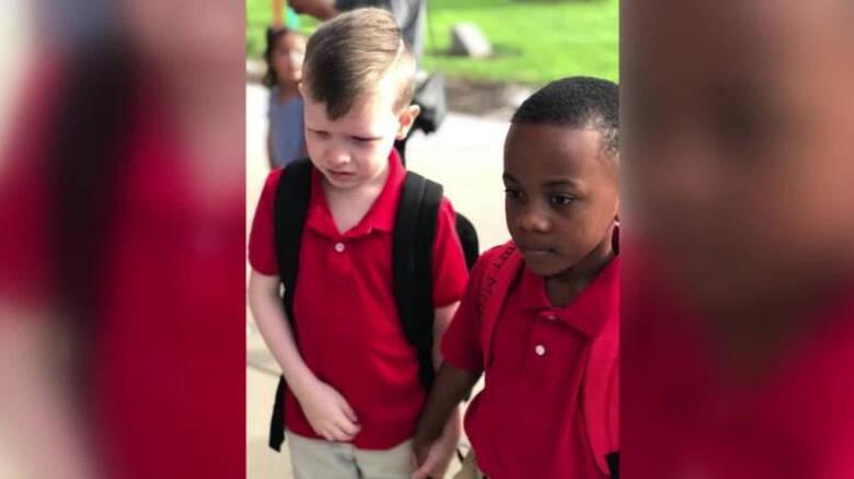 Μάθημα αλληλεγγύης από 8χρονο: Έπιασε το χέρι συμμαθητή του με αυτισμό για να τον ηρεμήσει