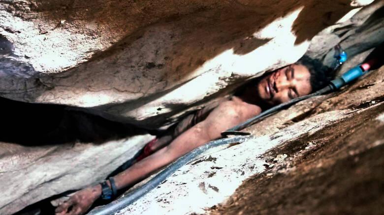 Δραματική διάσωση: Άνδρας σφήνωσε ανάμεσα σε δύο βράχους για τέσσερις ημέρες