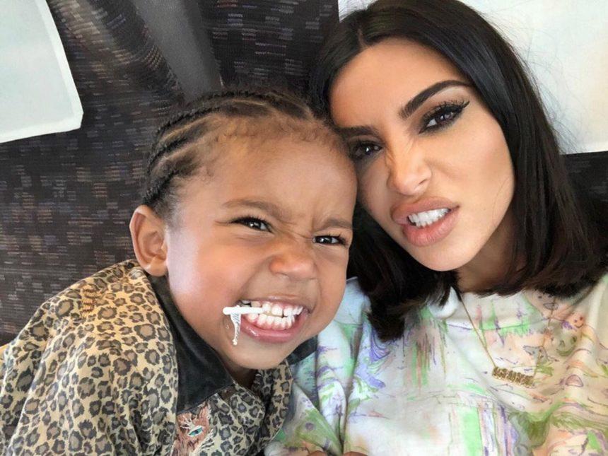 Kim Kardashian: Τα παιχνίδια της κόρης της με αληθινά φίδια θα σε σοκάρουν! [video]