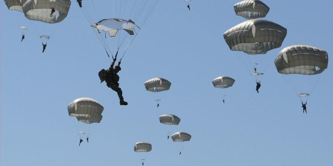 Εκατοντάδες Αμερικανοί αλεξιπτωτιστές πέφτουν από πολεμικό αεροσκάφος [vid]