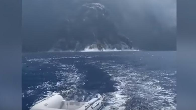 Βίντεο που κόβει την ανάσα: Σκάφος σε απόσταση αναπνοής από ενεργό ηφαίστειο