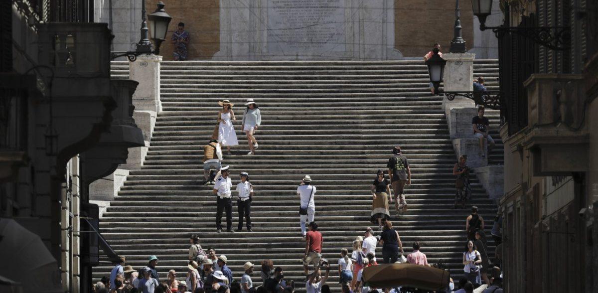 Πανικός στη Ρώμη: Θραύσματα από αεροπλάνο έπεσαν στα κεφάλια των τουριστών (pics)