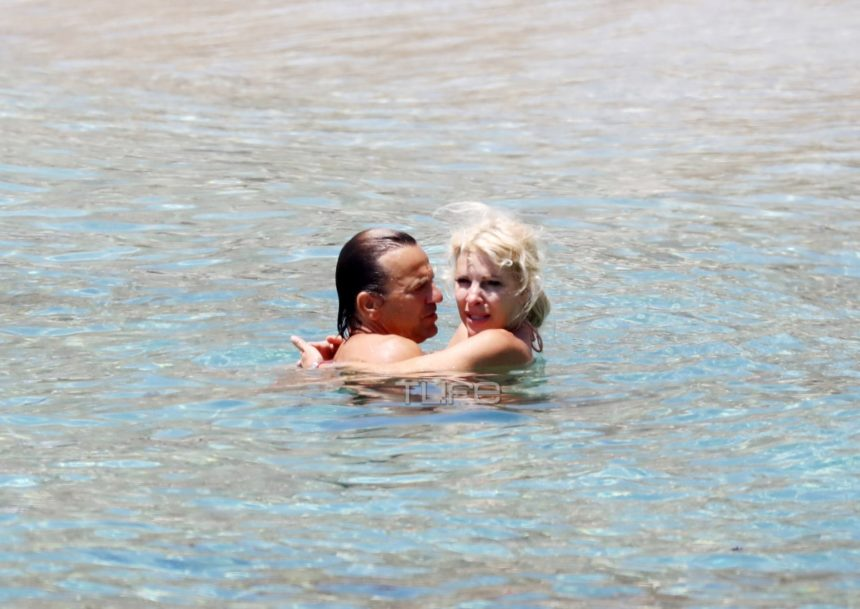 Ελένη Μενεγάκη – Ματέο Παντζόπουλος: Τρυφερά φιλιά και αγκαλιές στη θάλασσα! [pics]