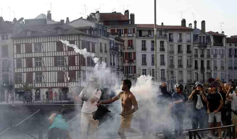 Γαλλία, Σύνοδος G7: Με δακρυγόνα και αντλίες νερού διαλύθηκε η μαζική διαδήλωση στην Μπαγιόν