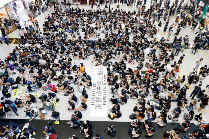 Καθιστική διαμαρτυρία στο αεροδρόμιο του Χονγκ Κονγκ