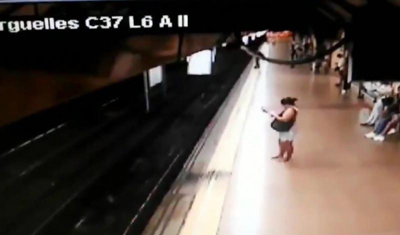 Σοκ στην Ισπανία: Αντρας κλωτσάει νεαρό στις ράγες την ώρα που περνάει το μετρό [βίντεο]