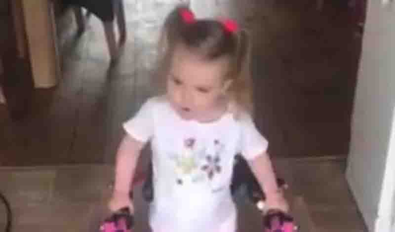 Viral βίντεο: Γιατροί είπαν σε 3χρονη πως δεν θα περπατήσει -Τους διέψευσε κάνοντας τα πρώτα της βήματα