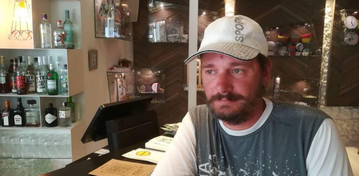 Ο άστεγος που έγινε προπονητής ποδοσφαίρου και κορυφαίος μάγειρας