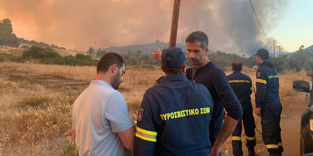 Με μπουλντόζες σταμάτησαν τη φωτιά προς τα Ψαχνά – Για δύσκολη νύχτα μιλά ο Μπακογιάννης