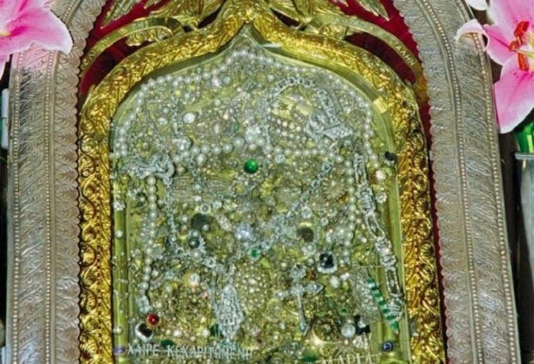 Δείτε πώς είναι η σπάνια Παναγία της Τήνου πίσω από τα τάματα!