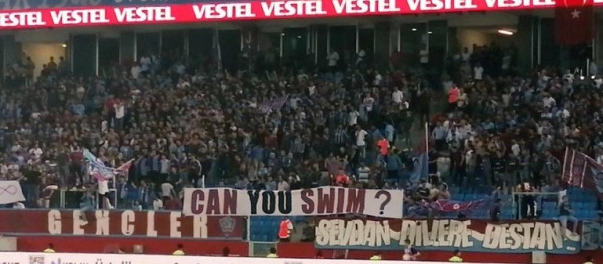 Εμετικό πανό των Τούρκων οπαδών στο ματς της ΑΕΚ: «Ξέρετε κολύμπι;» – Σφύριζαν αδιάφορα οι υπεύθυνοι της UEFA (φώτο)