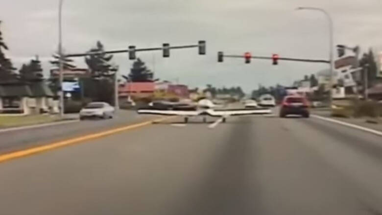 Βίντεο: Αεροπλάνο προσγειώνεται στη μέση του δρόμου και αστυνομικός το… σταματά για έλεγχο
