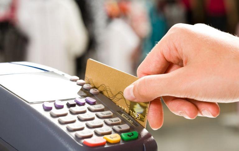 Προσοχή: Έτσι χρεώνουν παραπάνω τα καταστήματα όταν πληρώνεις με κάρτα