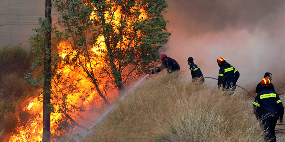 Ανεξέλεγκτη η φωτιά στο Πρόδρομο Θηβών
