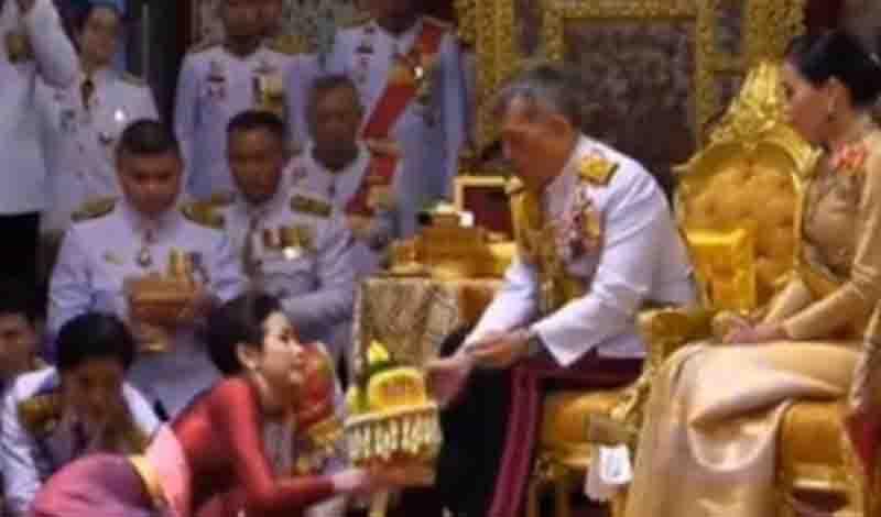 Για πρώτη φορά: Βασιλιάς παρουσίασε στον λαό την επίσημη ερωμένη του! (Βιντεο – Φωτο)