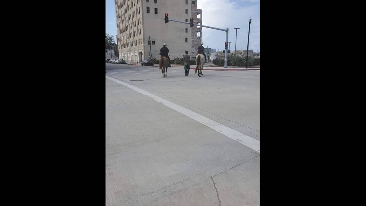 «Ασυλία» για τους αστυνομικούς που έδεσαν Αφροαμερικανό πίσω από τα άλογά τους σαν σκλάβο