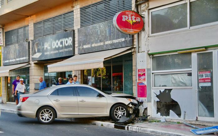 Πρωινό τροχαίο στα Χανιά – Μπούκαρε με το αμάξι στις βιτρίνες στην Βενιζέλου   Photos