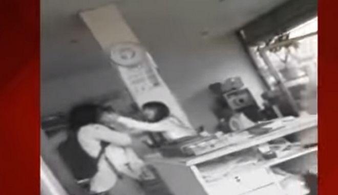 «Σε εκλιπαρώ μην πεθάνεις»: Βίντεο – σοκ από δολοφονία γυναίκας μπροστά στη 10χρονη κόρη της