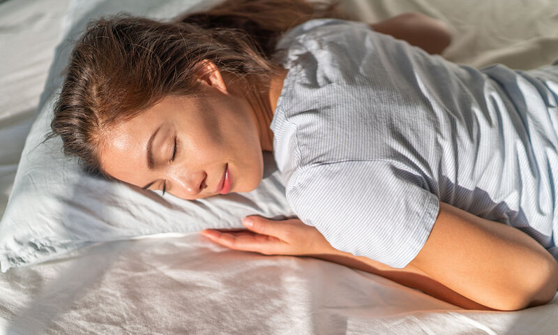 Κοιμάστε μπρούμυτα; 5 λόγοι για να αλλάξετε στάση στον ύπνο (video)
