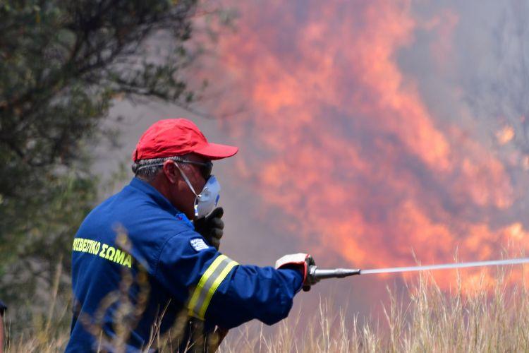 Σε εξέλιξη η πυρκαγιά στο Λουτράκι