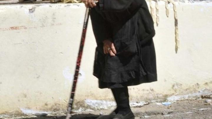 Η 94χρονη που χτύπησε τον ληστή με την μαγκούρα περιγράφει τις τρομακτικές στιγμές που έζησε – ΒΙΝΤΕΟ