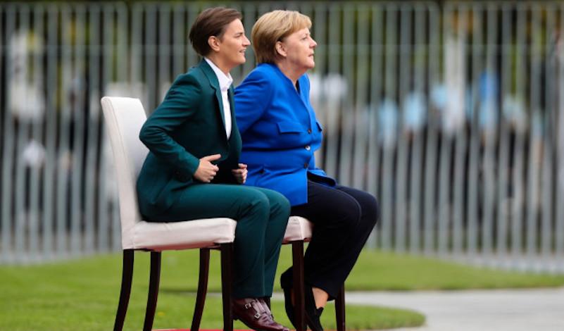 H Bild ζητά εξηγήσεις για την υγεία της Μέρκελ – Γιατί συνεχίζει να κάθεται στην καρέκλα κατά την υποδοχή ξένων ηγετών;