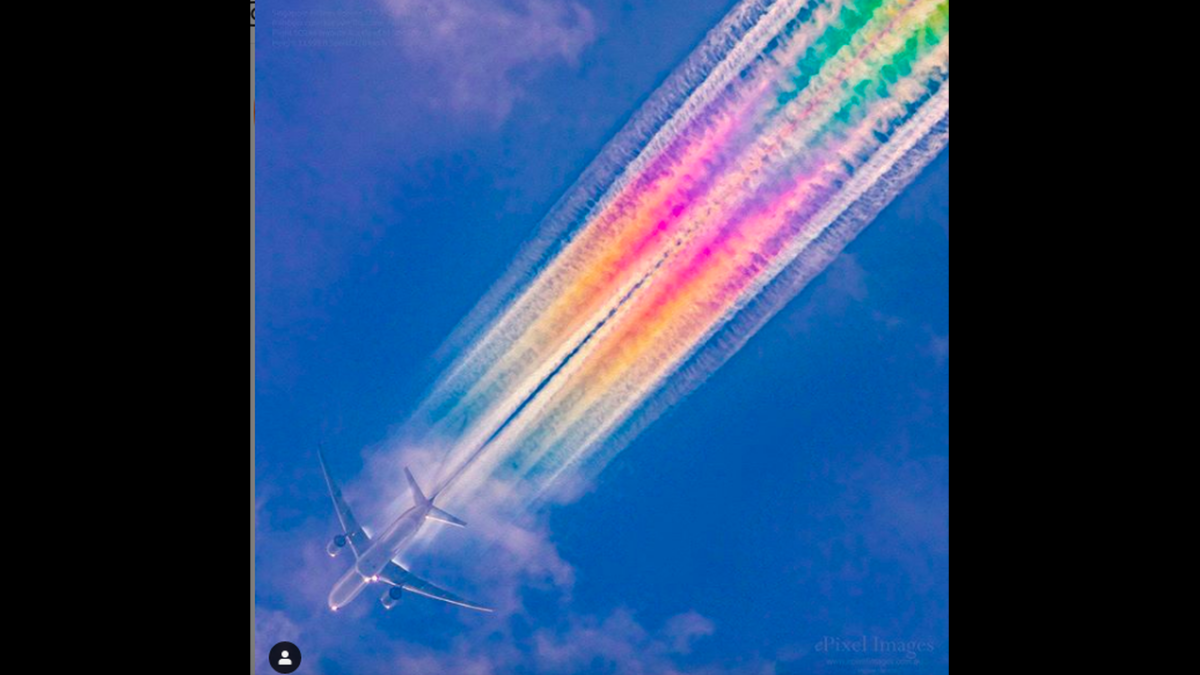 Γιατί μερικά αεροπλάνα αφήνουν πίσω τους πολύχρωμες «ουρές»; – Ένα σπάνιο και εντυπωσιακό θέαμα
