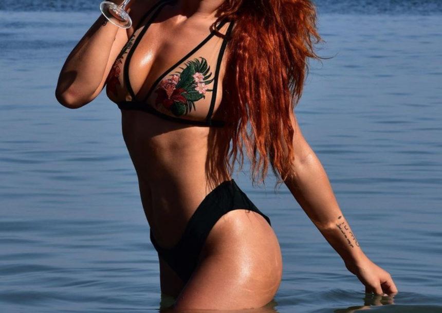 Η Ελληνίδα τραγουδίστρια ποζάρει με εντυπωσιακό μπικίνι και… κόβει ανάσες!