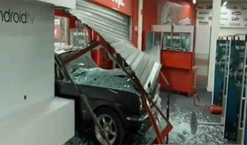 Σκηνές από ταινία δράσης στην Πέτρου Ράλλη: Μπούκαραν με αυτοκίνητο σε κατάστημα με ηλεκτρικά είδη! (Βίντεο)