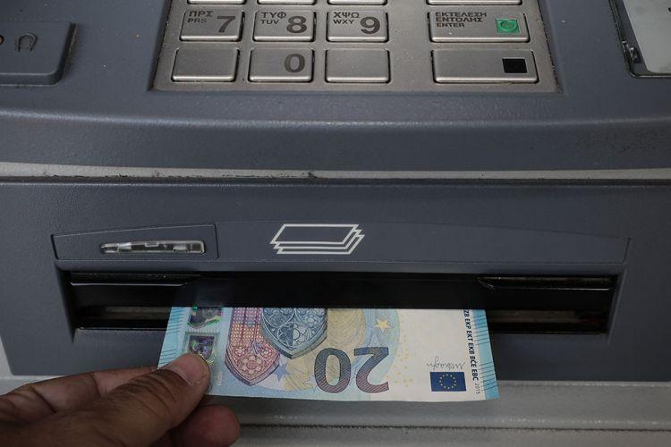 Γιατί πληρώνουμε 3 ευρώ «καπέλο» στις διατραπεζικές αναλήψεις;