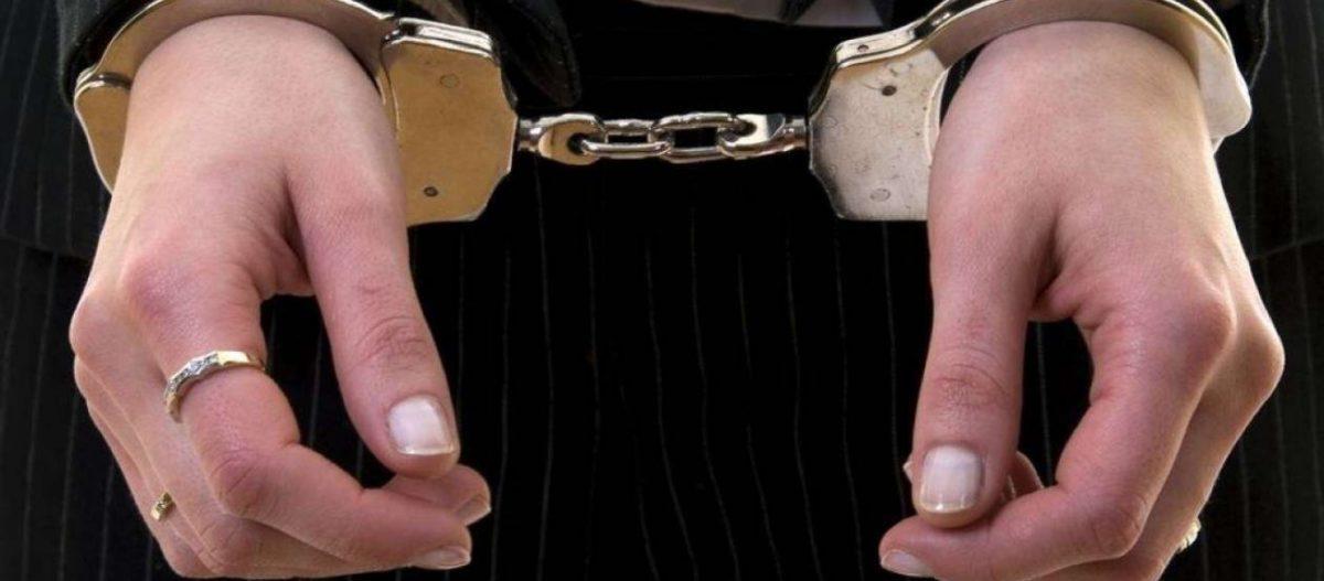 «Σπάει» τη σιωπή της η 49χρονη που μαχαίρωσε τον κουμπάρο της – «Κάρφωσα τον διάβολο» είπε πηγαίνοντας στις φυλακές