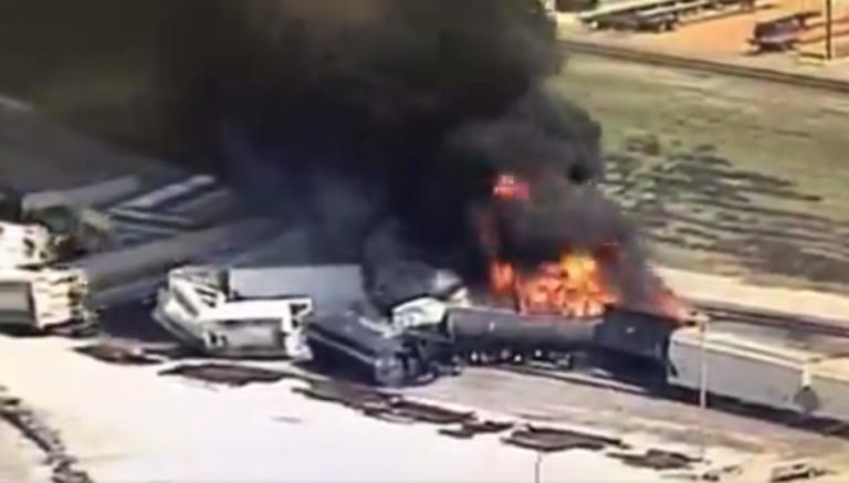 Τρένο εκτροχιάστηκε και τυλίχθηκε στις φλόγες! Σε κατάσταση συναγερμού το Ιλινόις!