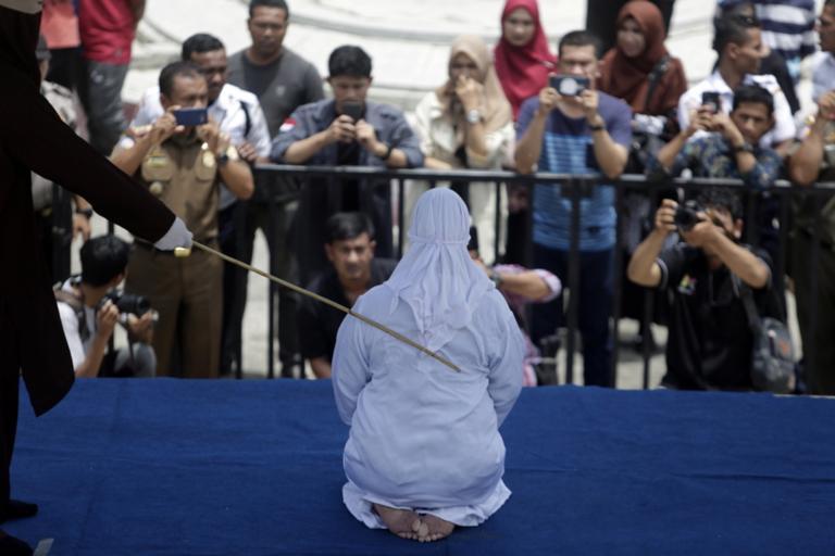 Μεσαίωνας! Γυναίκα καταρρέει από τον πόνο μετά από δημόσιο μαστίγωμα! [pics]