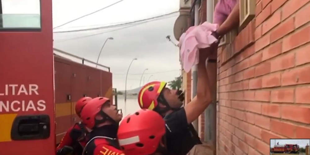 Διάσωση-θρίλερ μωρού και τριών παιδιών από πλημμύρες στην Ισπανία [βίντεο]