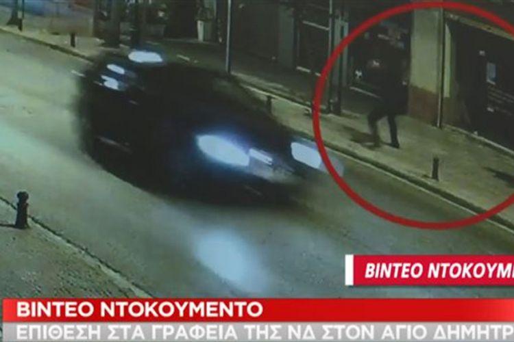 Άγιος Δημήτριος: Καρέ καρέ η επίθεση αγνώστων σε υποκατάστημα τραπέζης