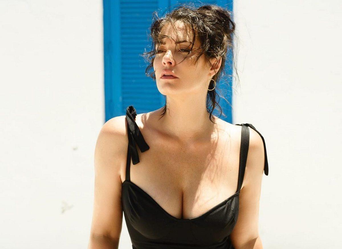 Μαρία Κορινθίου: Ποζάρει στο κρεβάτι της φορώντας μόνο το μαγιό της!